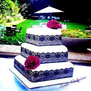 Bruidstaart Zwart kant met goud en rode suiker rozen
