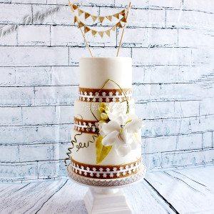 Bruidstaart Jute met kant en suikerbloem