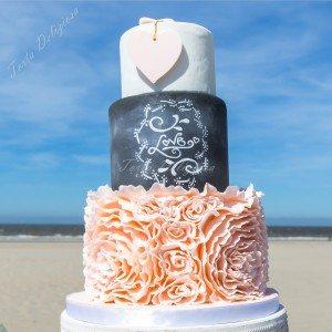 Bruidstaart Roze ruffels en chalkboard