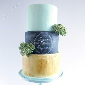 Bruidstaart Berkenhout met krijtbord en bloemen