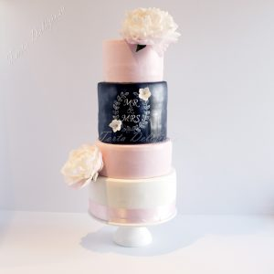 Bruidstaart krijtboord en pioenrozen roze