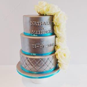 Bruidstaart zilver met metalic blauw en witte rozen