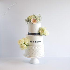 bruidstaart chesterfield met bloemen