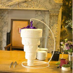 Hangende bruidstaart met kant en paars lint