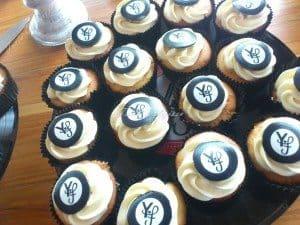 Cupcake met toef en logo