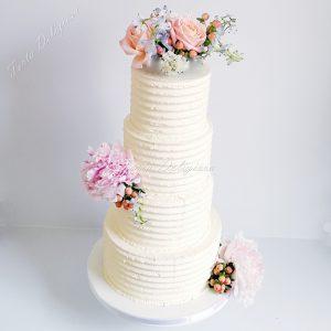 Creme Bruidstaart met bloemen bruidsboeket
