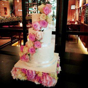 Bruidstaart op bloemen plateau